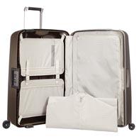 Praktische Innenausstattung mit großen Taschen, Wäsche- und Nasstasche.